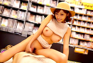 レンタルビデオ店でAV買ってた客を無理やり押し倒してセックスするAV女優・・・w