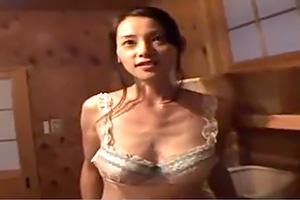 スレンダーで美人な人妻と温泉旅行にでかけて朝から晩まで不倫セックス