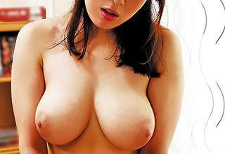 「私みたいなオバサンでいいの?」セックスレスで欲求不満が溜まった爆乳妻が若い男に欲情されて大満足!