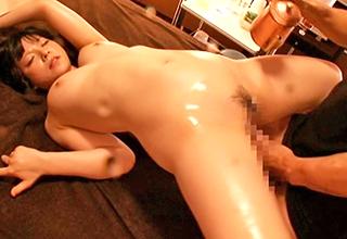 媚薬を混入したオイルマッサージで全身を性感帯にされてしまった巨乳美女。もちろん元から感じやすい胸やアソコは叫ぶほどに!