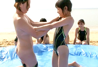 夏のビーチでローション相撲をする競泳水着の少女たち。水泳部合宿の実態が謎すぎると話題に
