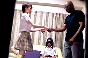 友人をお金で売る女子校生とそれを買う黒人男性がヤバすぎる・・・